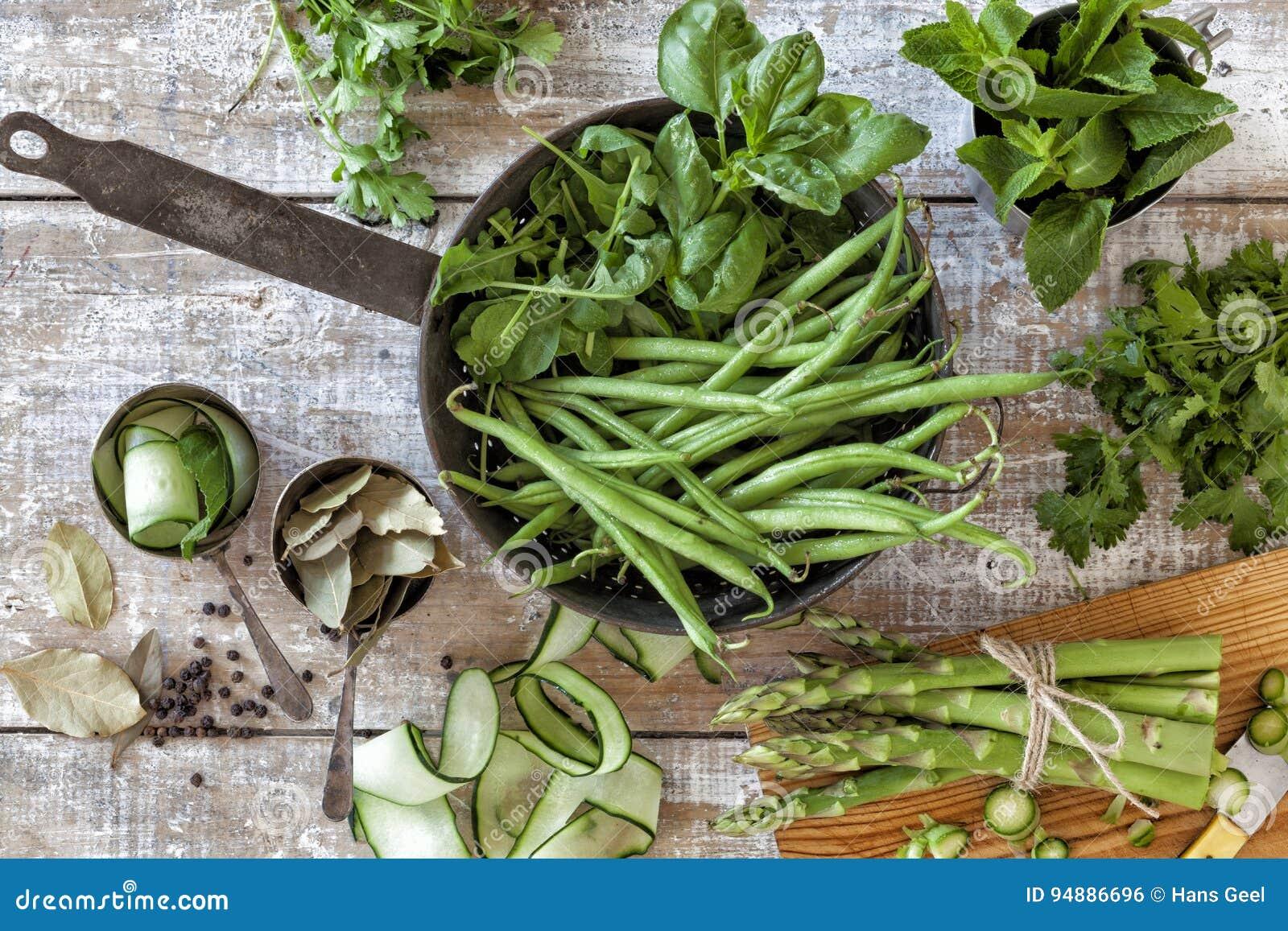 Verduras e hierbas de cosecha propia