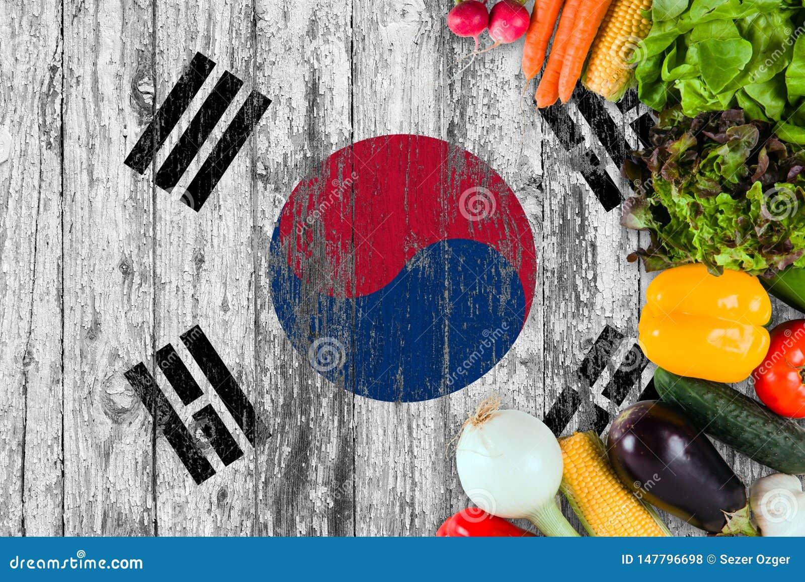 Verduras frescas de la Corea del Sur en la tabla Cocinar concepto en fondo de madera de la bandera