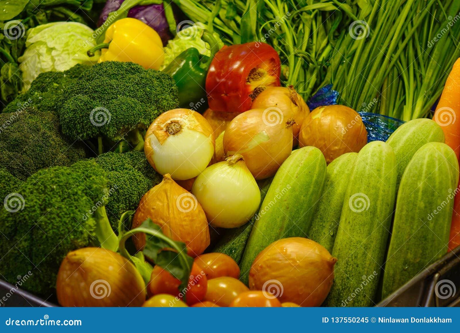 Verduras frescas en el supermercado
