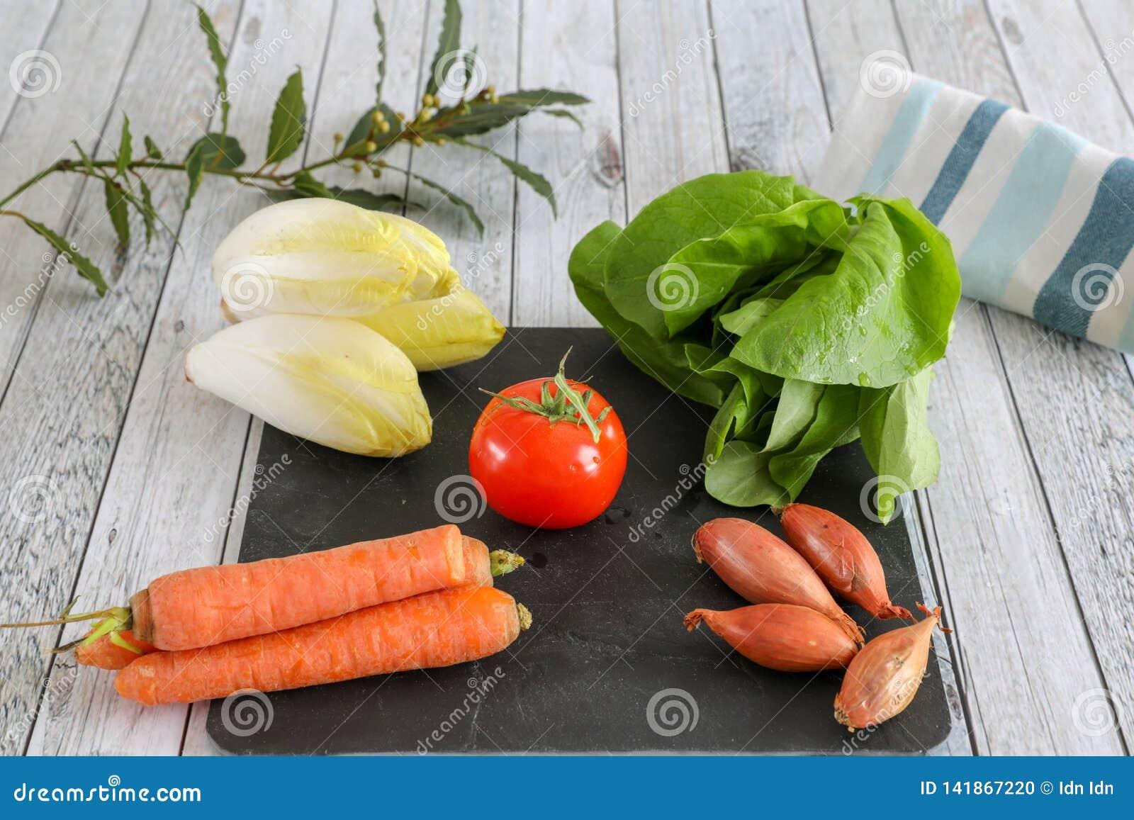 Verduras frescas en la tabla de madera