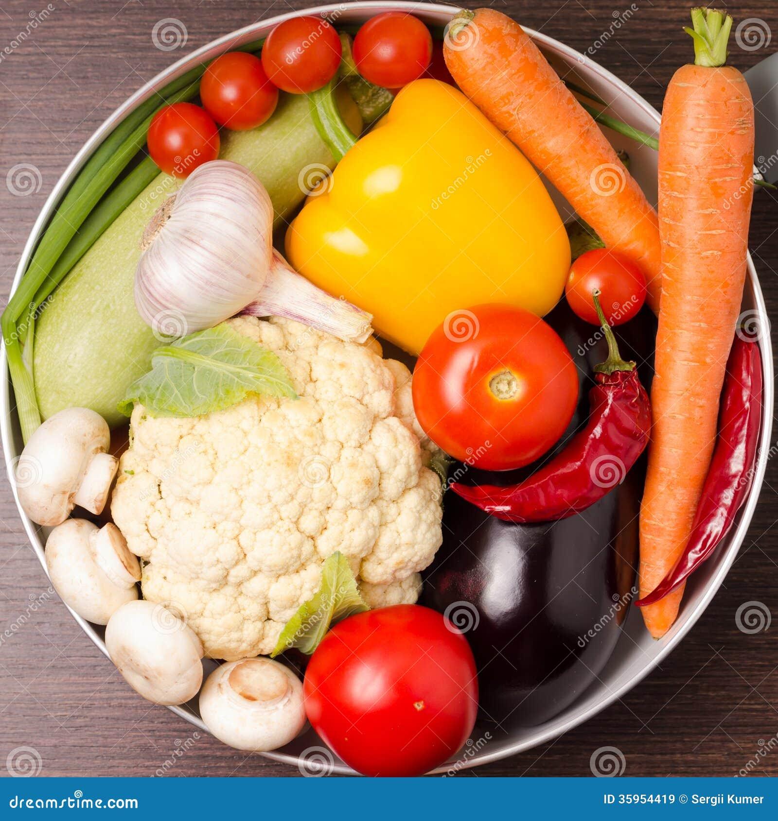 Verduras frescas en un pote