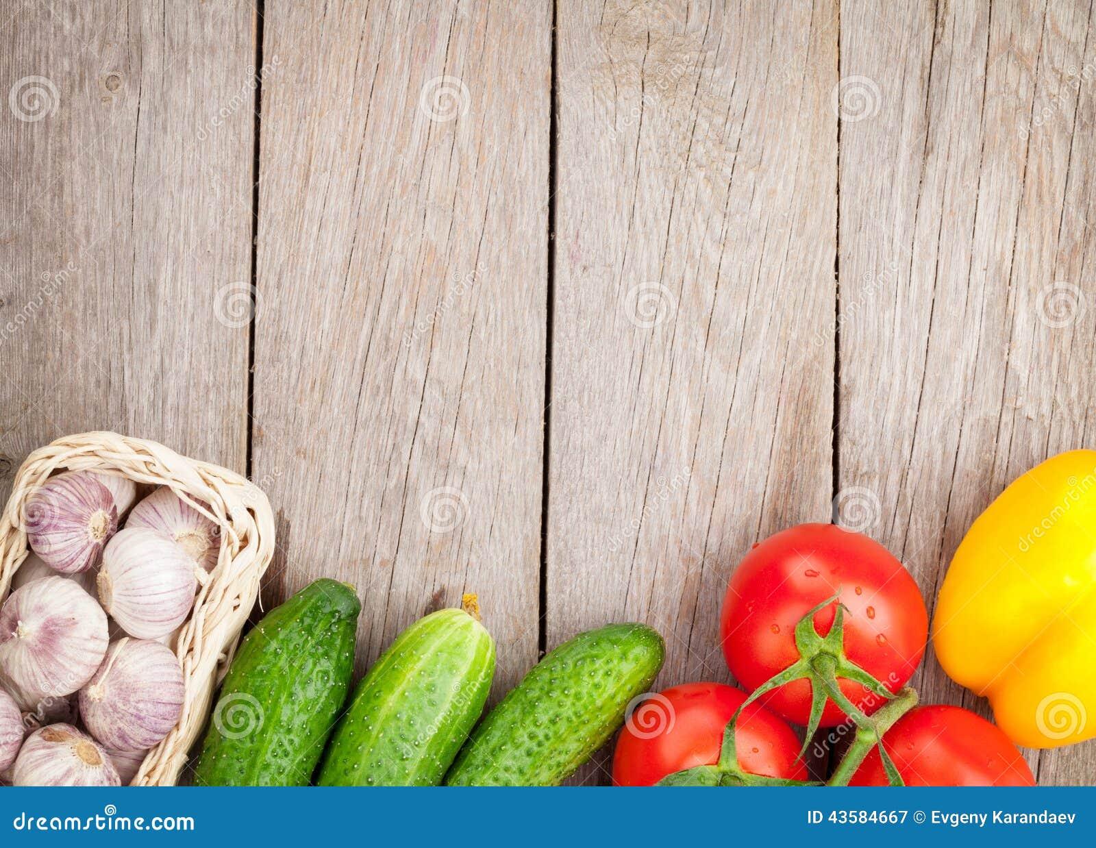 Verduras maduras frescas en la tabla de madera foto de for Maduras en la cocina