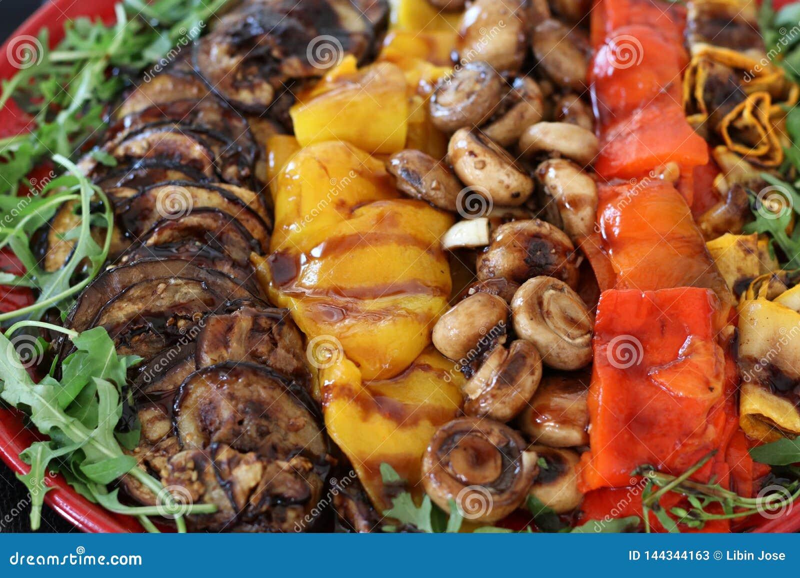Verduras mediterráneas asadas a la parrilla en un crudo