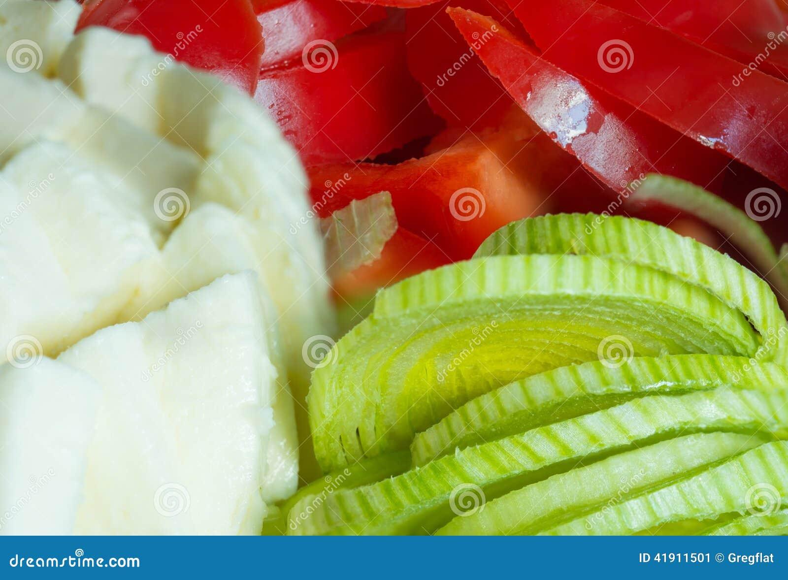 Verduras y queso cortados