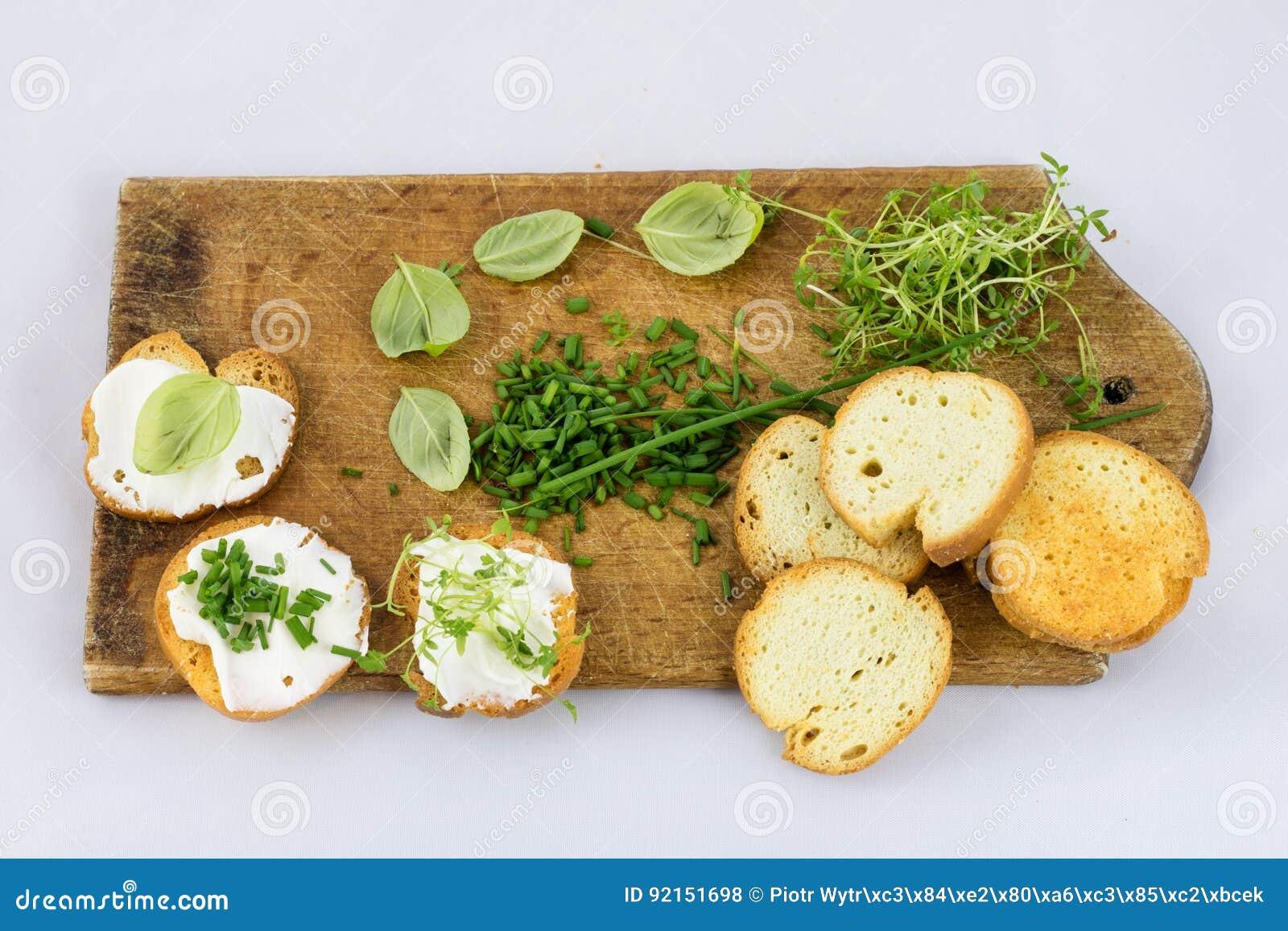 Verduras y tostadas frescas deliciosas de la primavera para el desayuno, pizca
