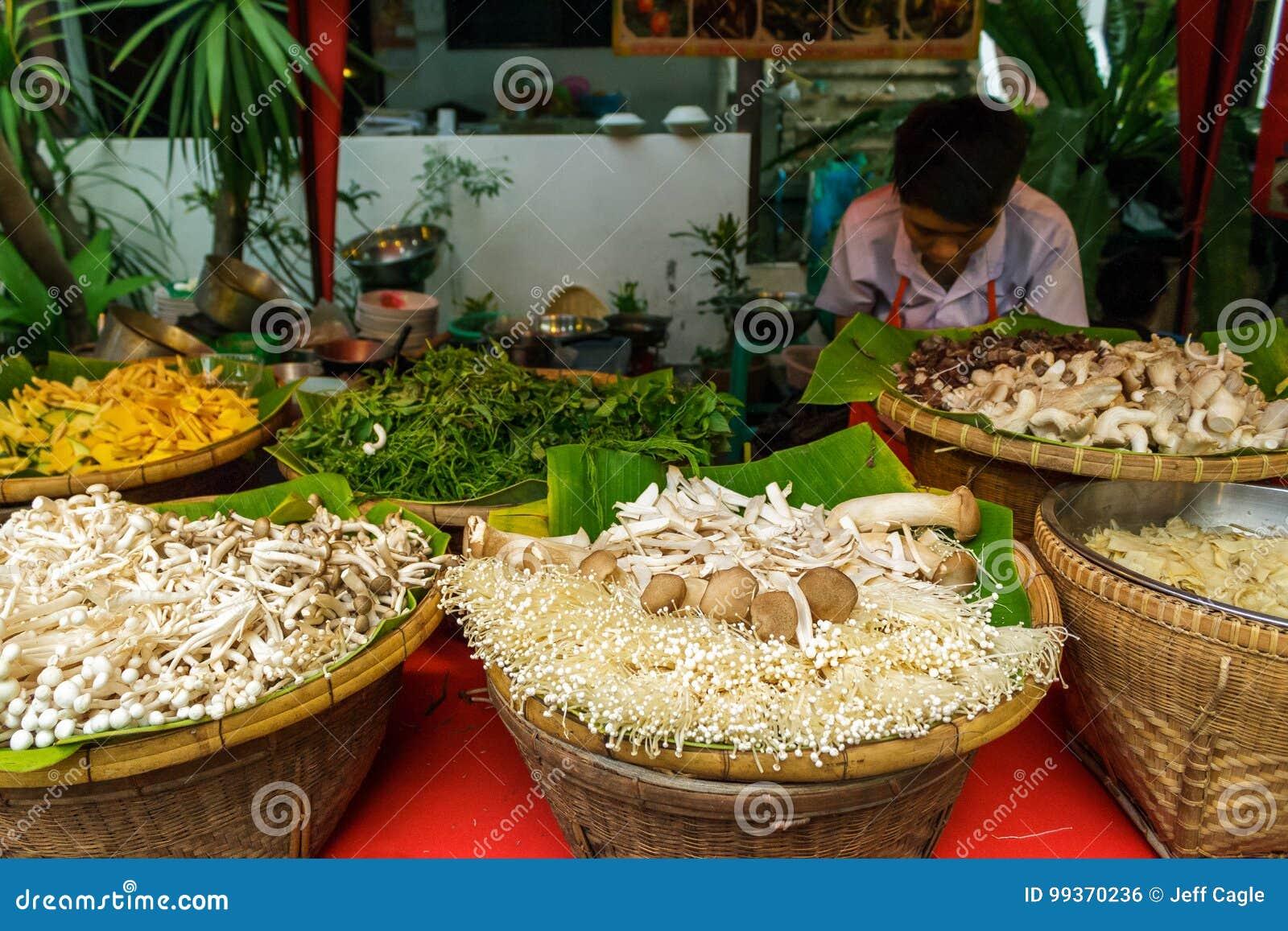 Verdure al mercato di strada di camminata in Chiang Mai, Tailandia