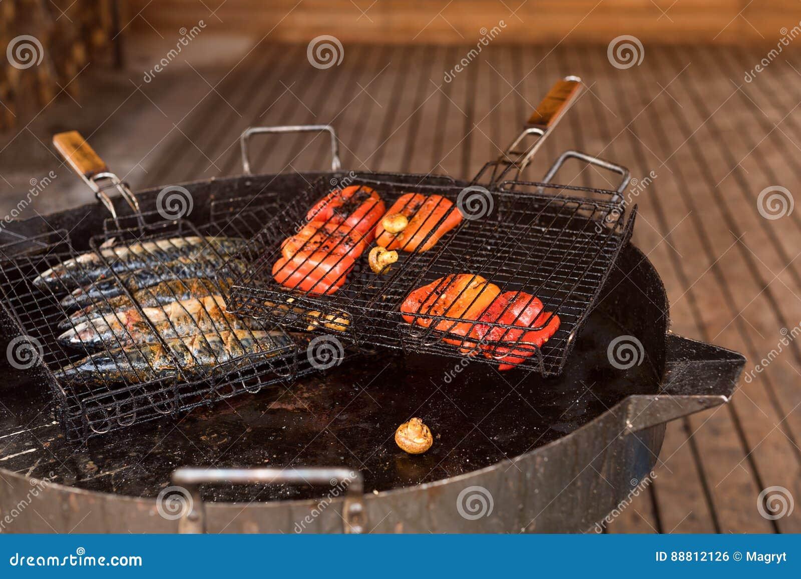 Verdure arrostite e pesce sulla griglia del barbecue Alimento della via