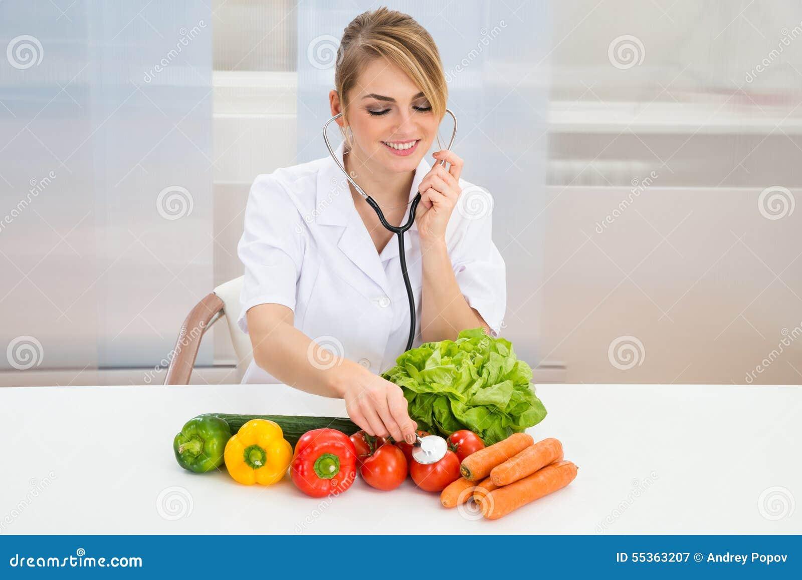 Verdure d esame del dietista femminile
