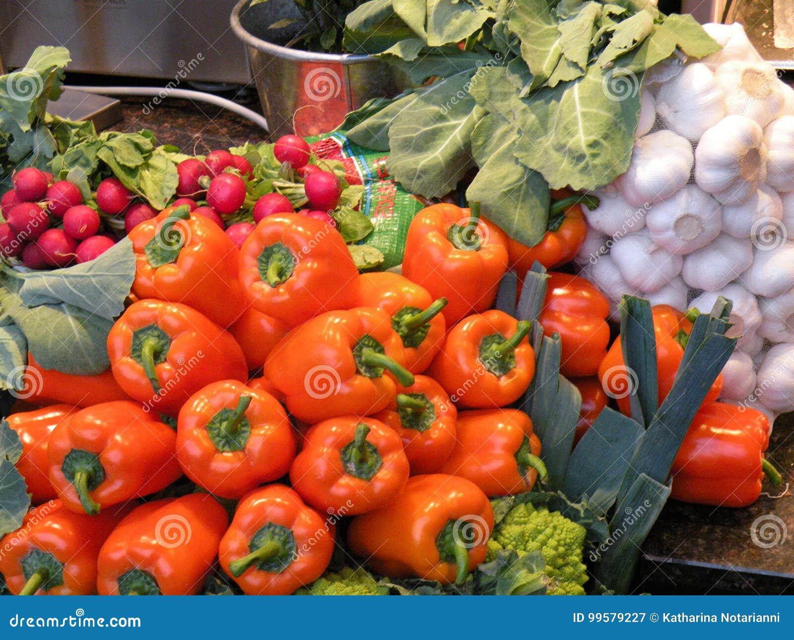 Verdure da vendere - peperoni e cavolfiore verde