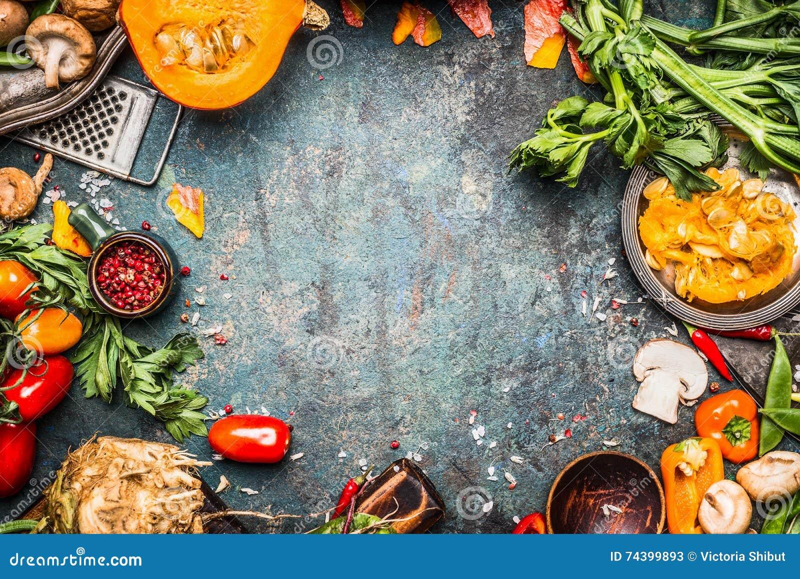 Verdure di autunno che cucinano preparazione Zucca, pomodori, ortaggi a radici ed ingredienti dei funghi su fondo rustico scuro p