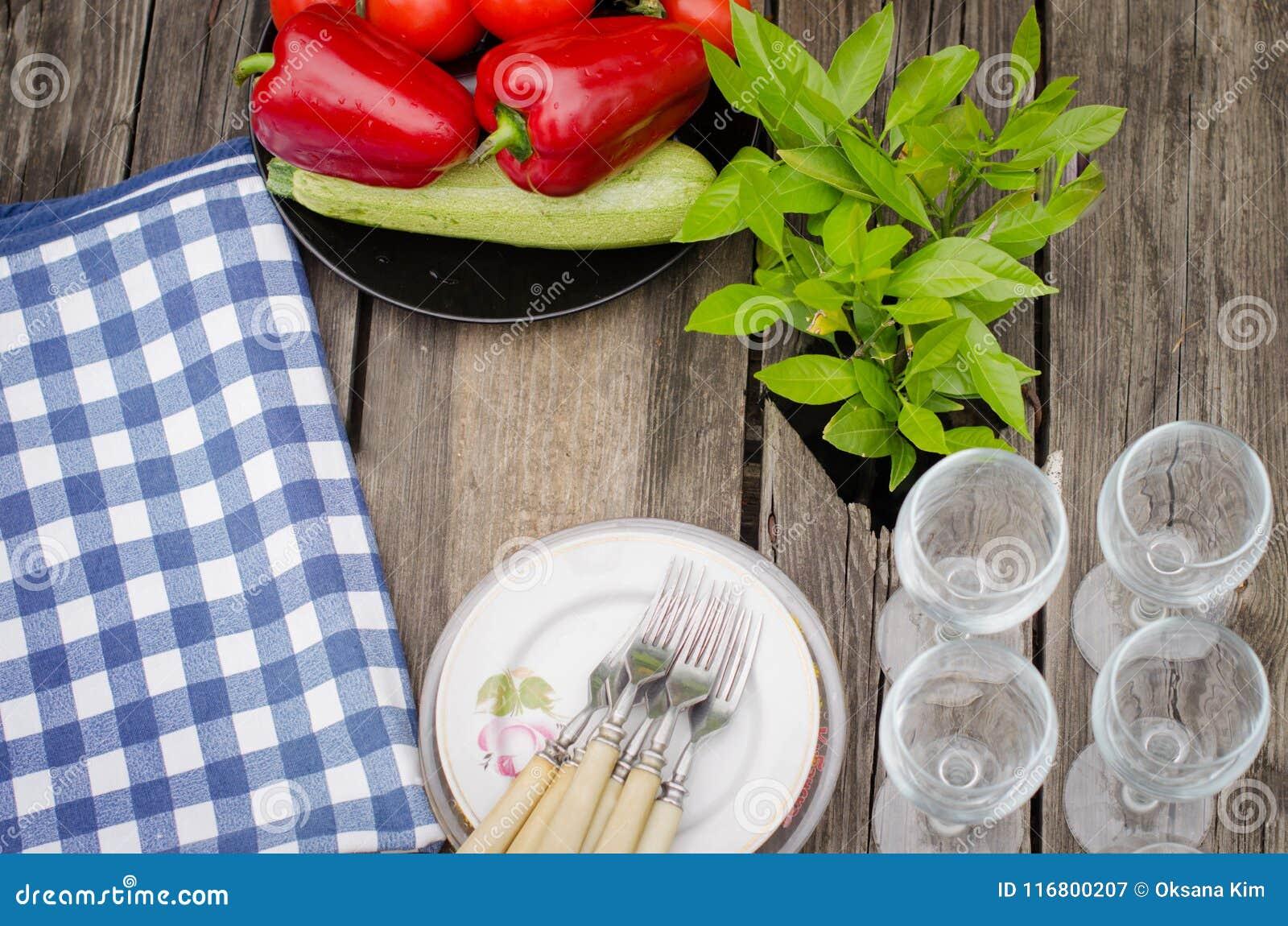 Verdure e piatti sulla tavola di legno rustica