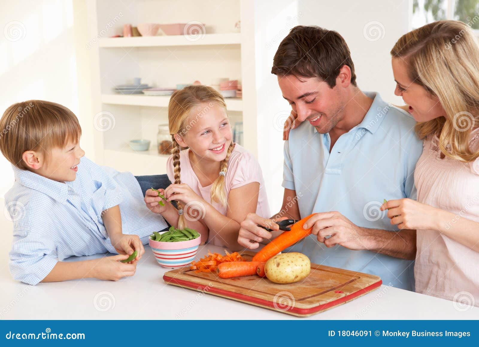 Kitchen Designer Melbourne Verdure Felici Della Sbucciatura Della Famiglia In Cucina