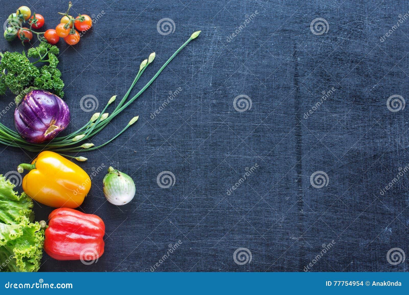 Verdure fresche dell azienda agricola su un fondo scuro