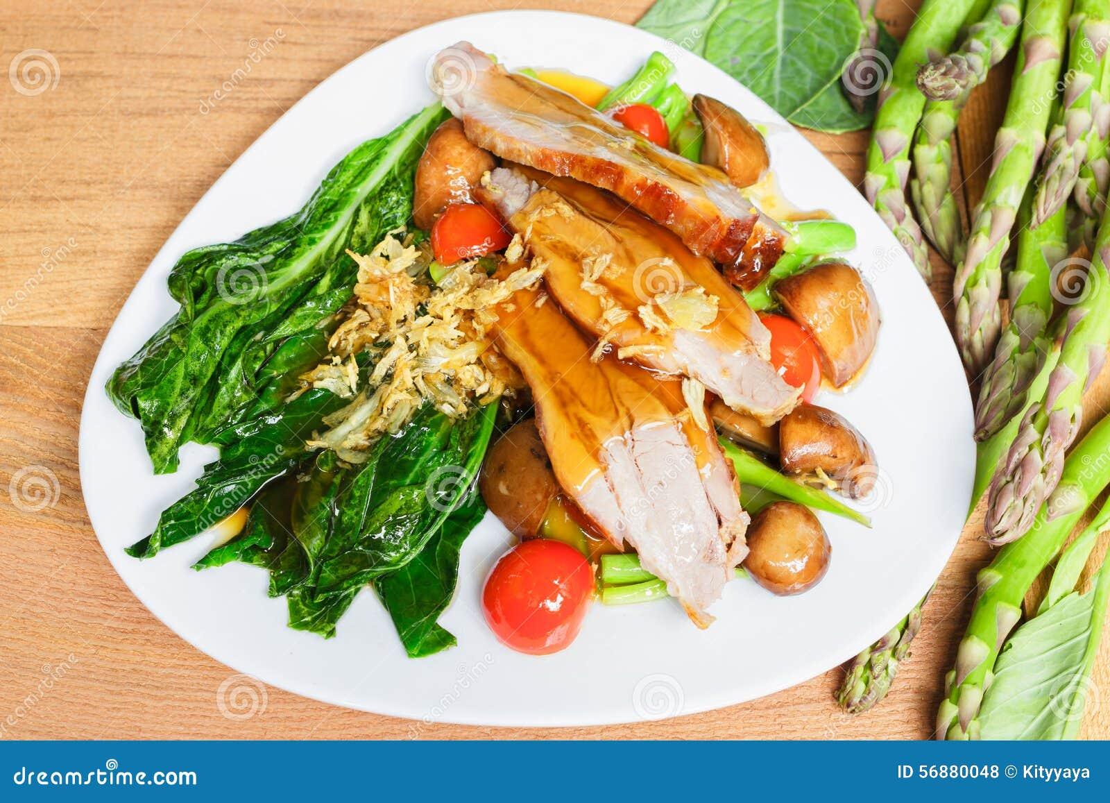 Verdure miste fritte scalpore e carne arrostita