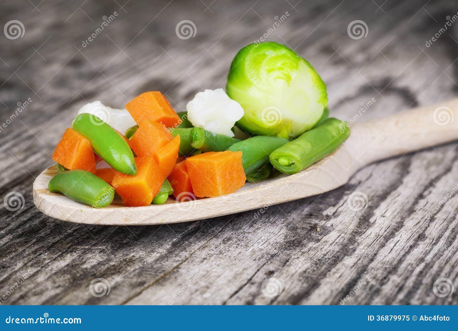 Download Verdure Sul Cucchiaio Di Legno Immagine Stock - Immagine di drogheria, broccolo: 36879975