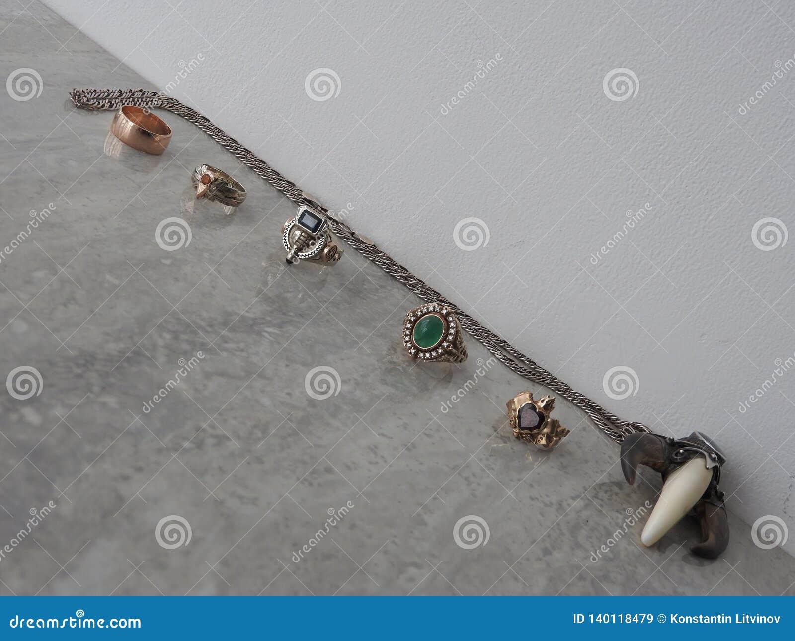 Verfraai juwelen van goud met edelstenen