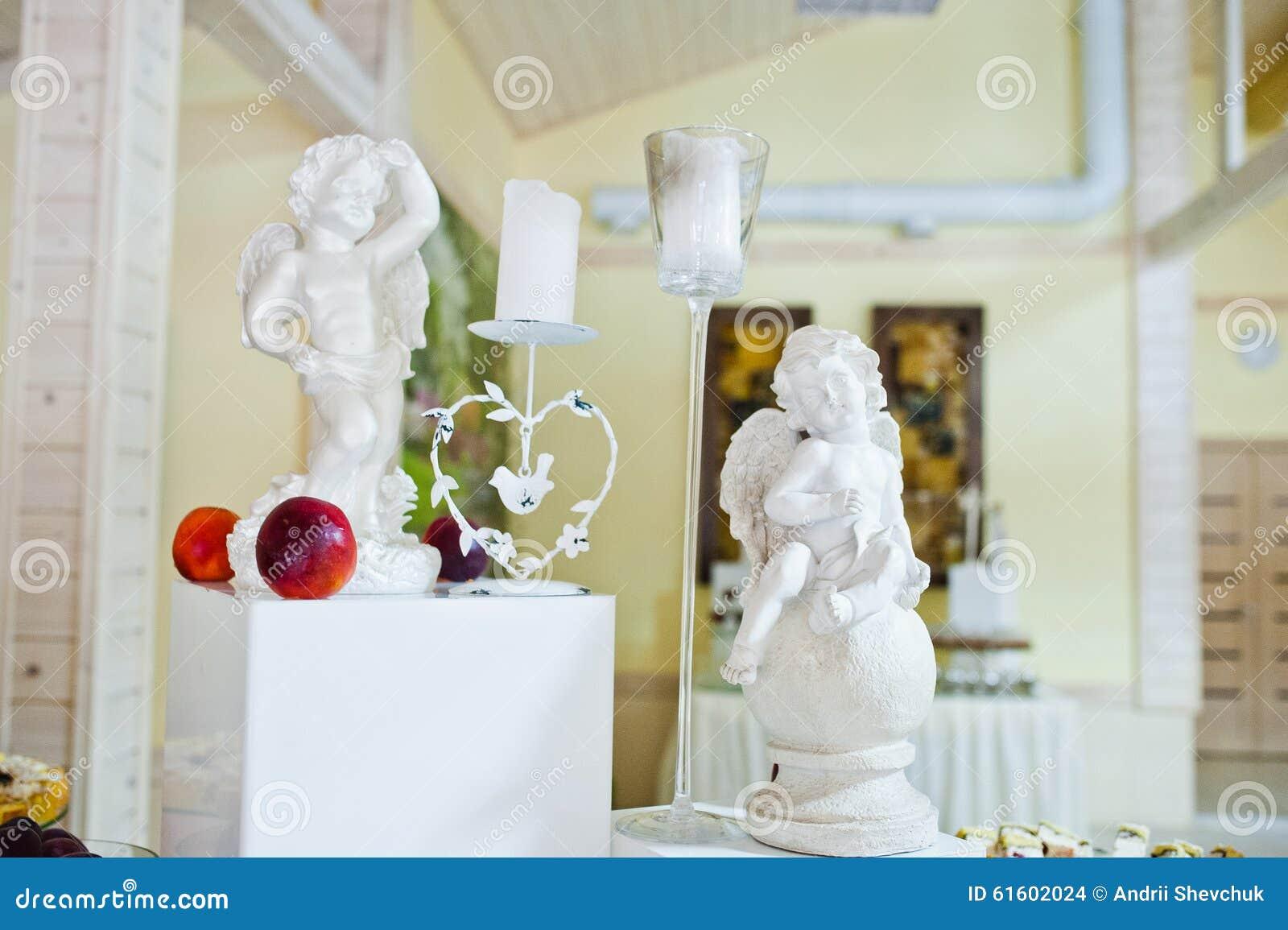 Verfraaide beeldjes van engelen en kaarsen stock foto afbeelding 61602024 - Decoratie kooi ...