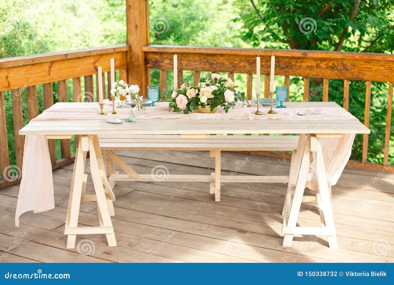 Verfraaide lijst voor diner voor tweepersoons, met platenmes, vork, kaas, wijn, wijnglazen en bloemen in een koper