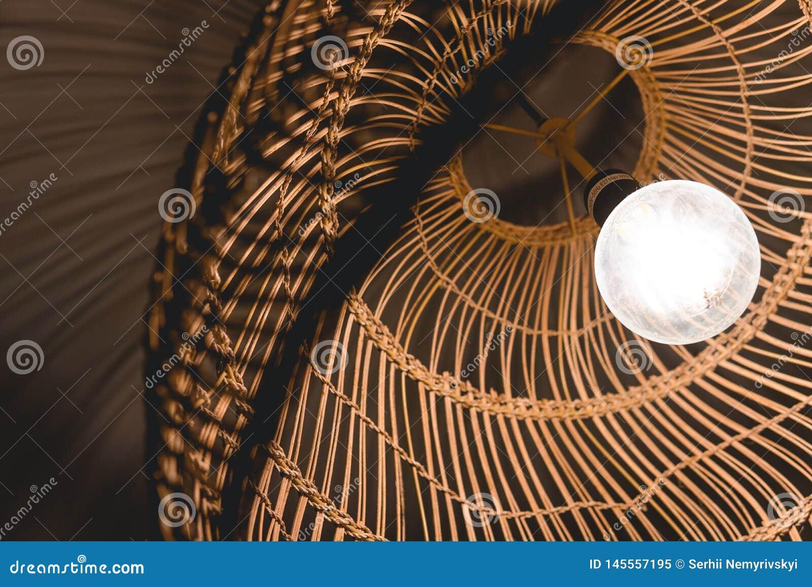 Verfraaiend hangende lantaarnlampen in houten die rijs van bamboe wordt gemaakt