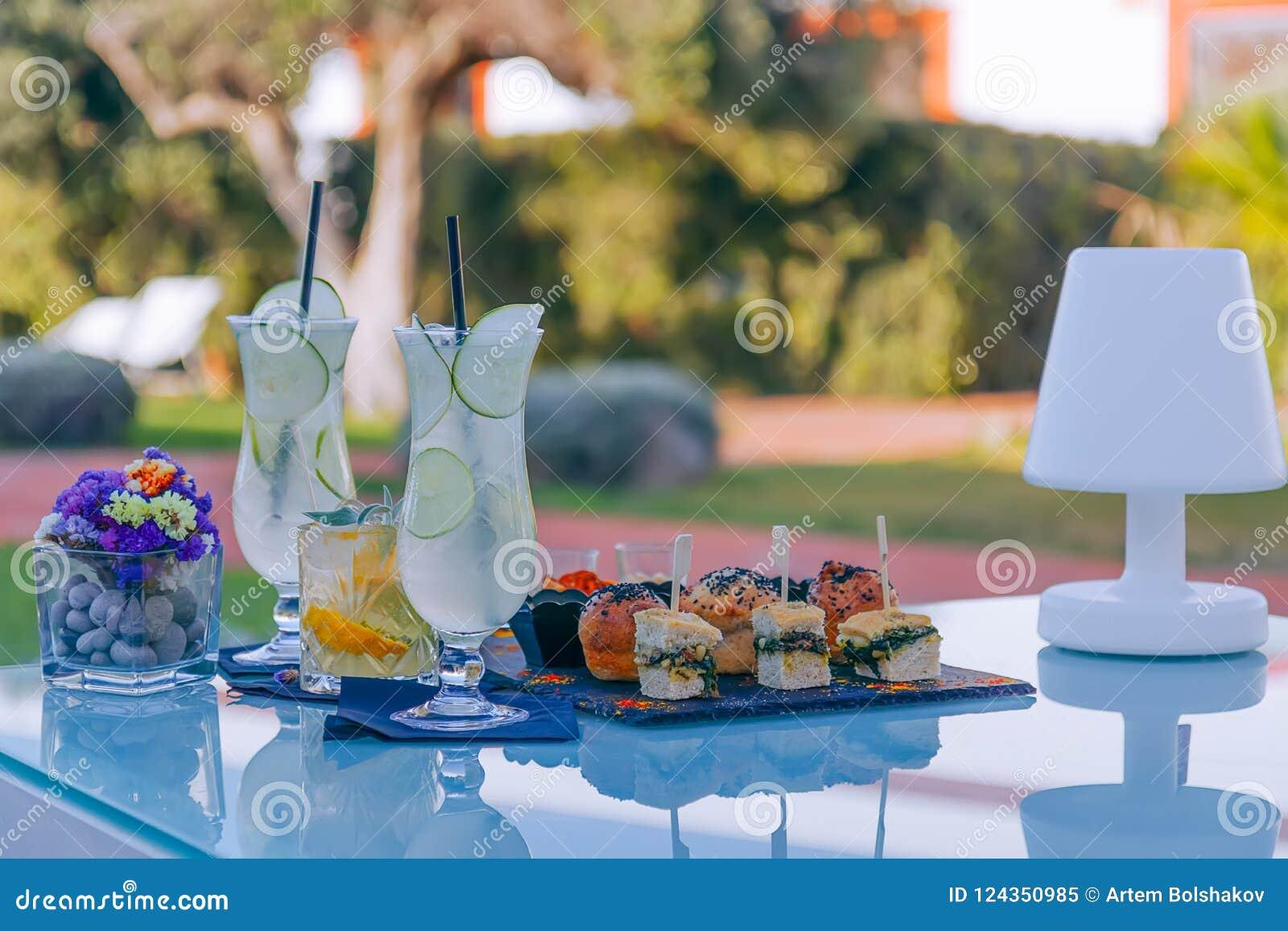 Verfrissend aperitief, de zomercocktails en met de hand gemaakte minisnacks