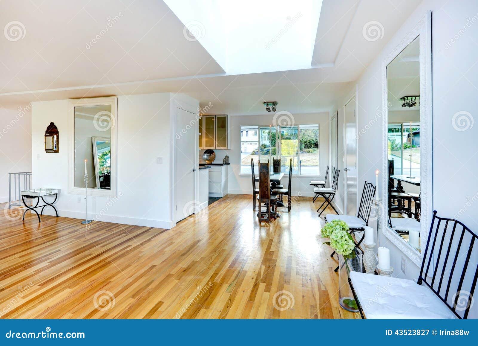 Verfrissend huisbinnenland lege woonkamer met het dineren gebied
