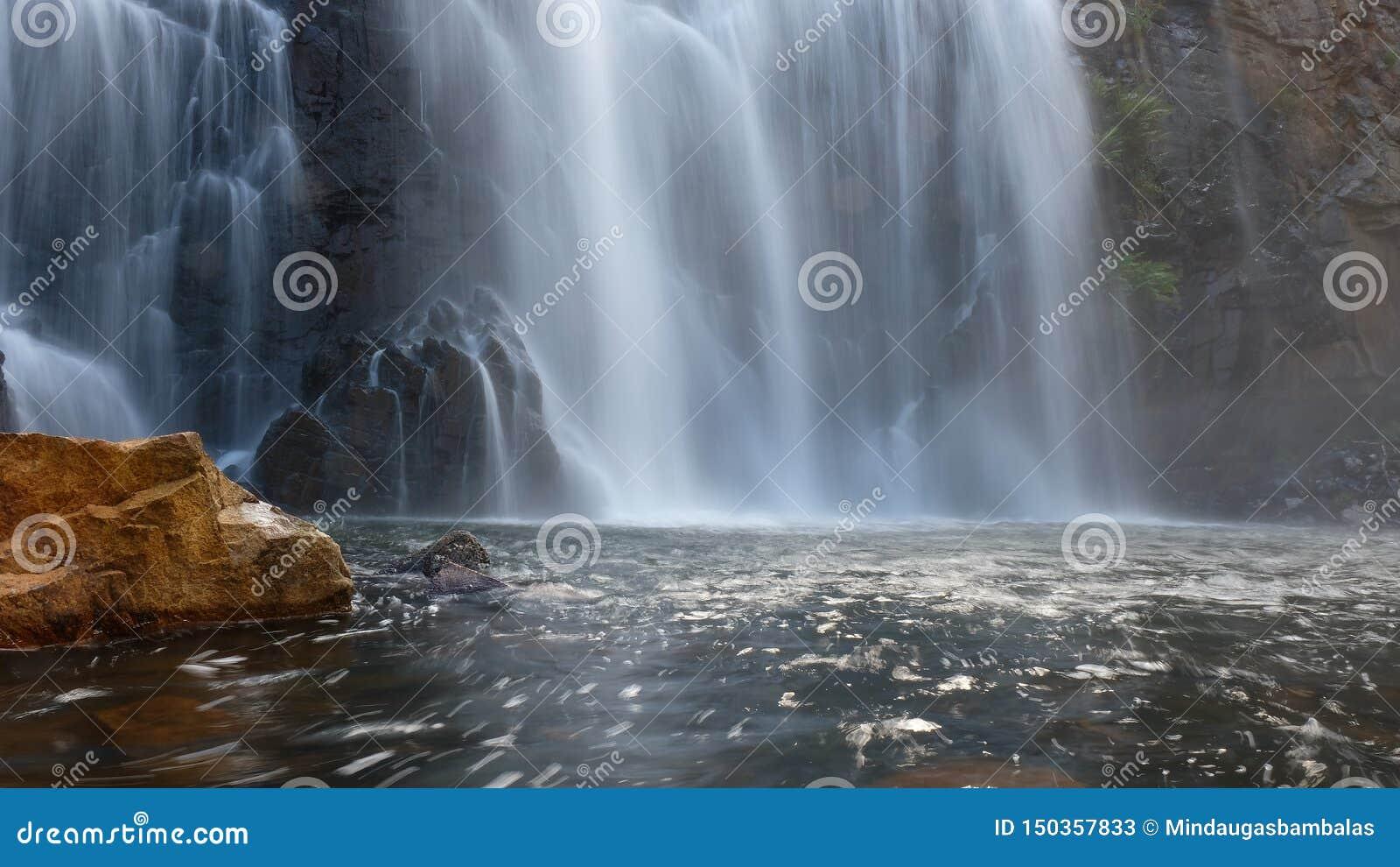 Verfrissende waterval bij zonsopgang Australië
