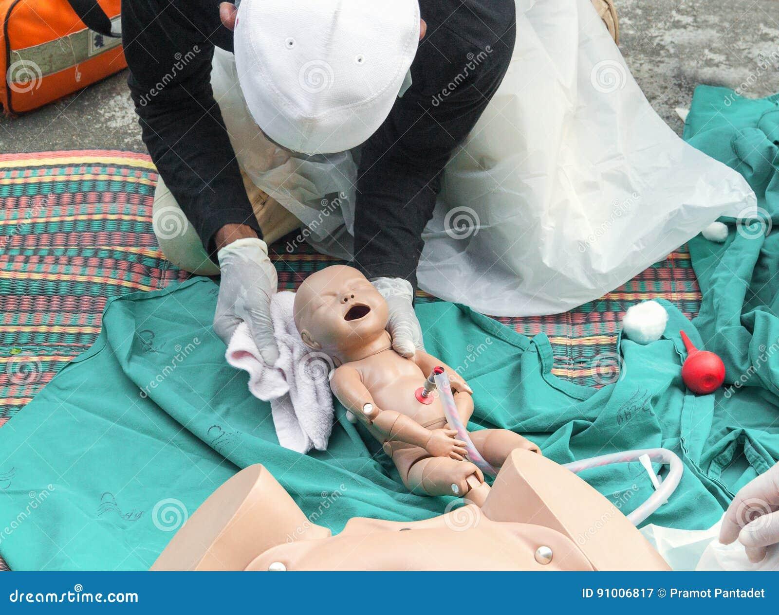 Verfrissing opleiding om bevalling pasgeboren met medisch babymodel in noodsituatie bij te staan de vroedvrouw