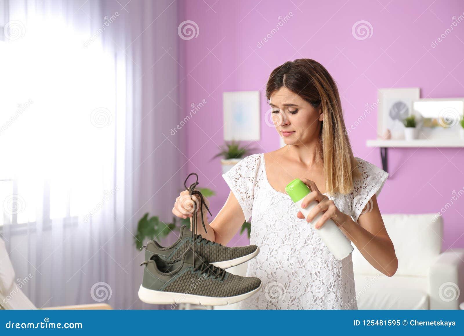 Verfrissing van de vrouwen de bespuitende lucht op schoenen