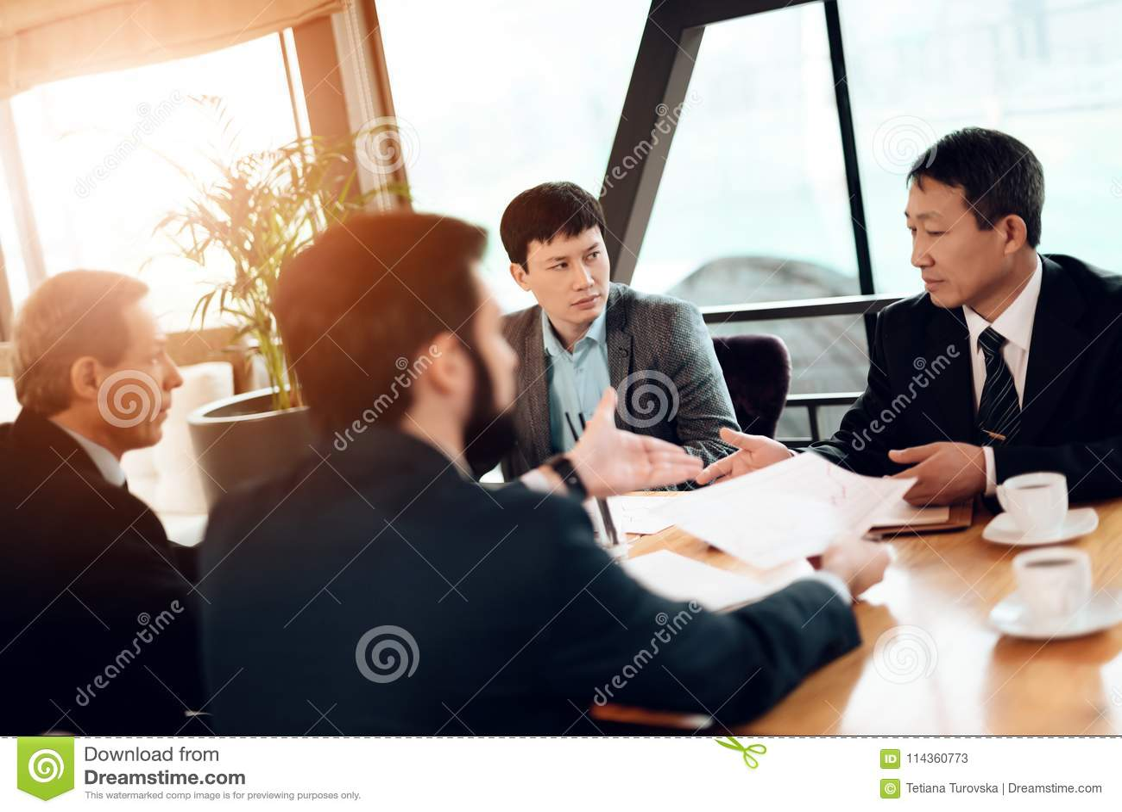 Vergadering met Chinese zakenlieden in restaurant Zij bespreken bedrijfsgrafiek