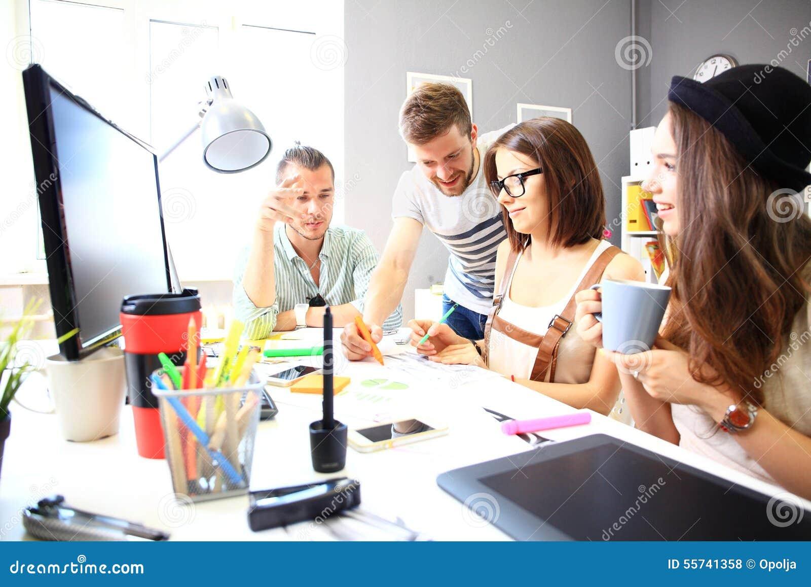 Vergadering van medewerkers en plannings volgende stappen van het werk