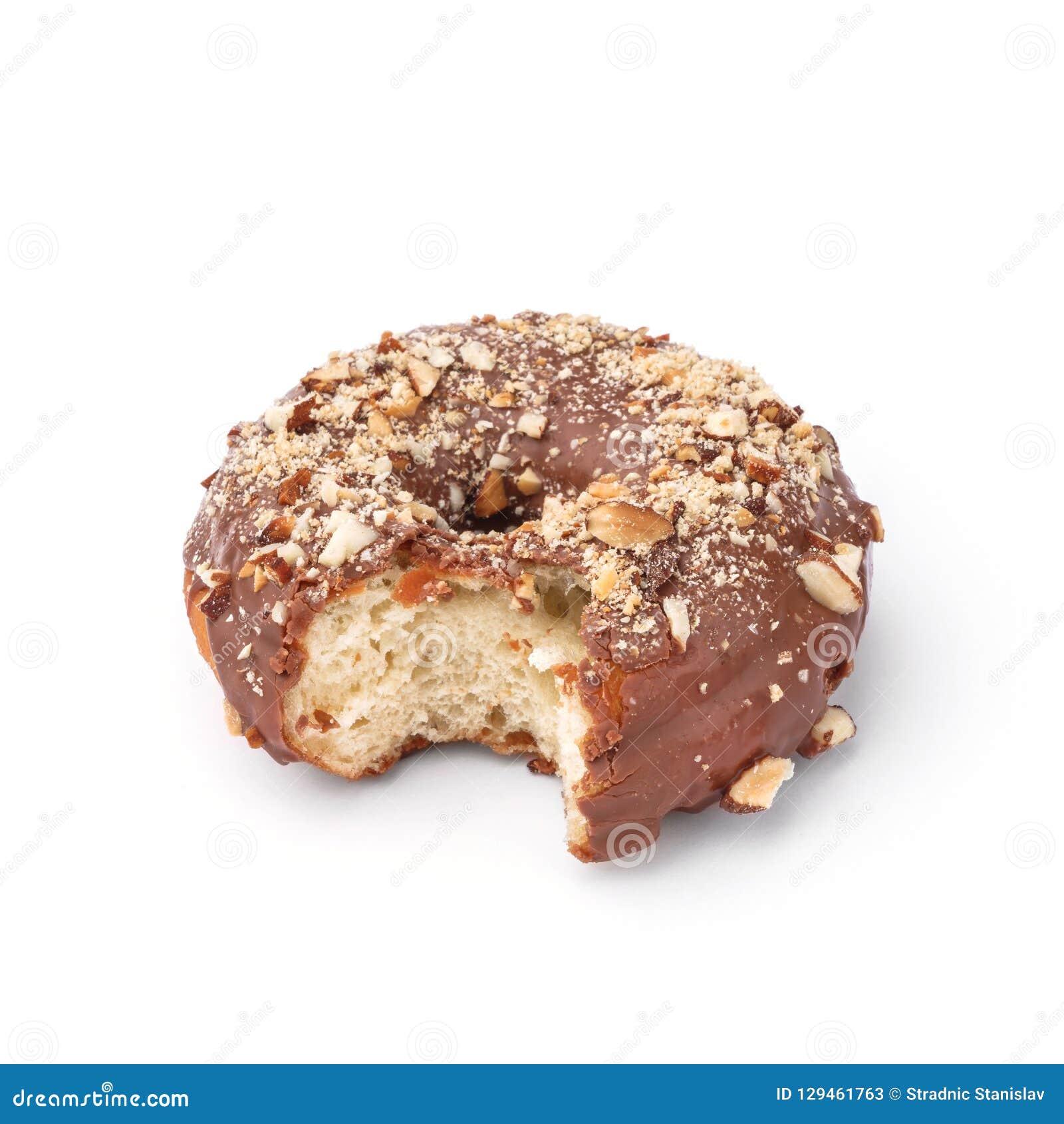 Verglaasde doughnut met melkchocola en notemuskaat Mening vanuit een vijfenveertig graadinvalshoek Geïsoleerd beeld