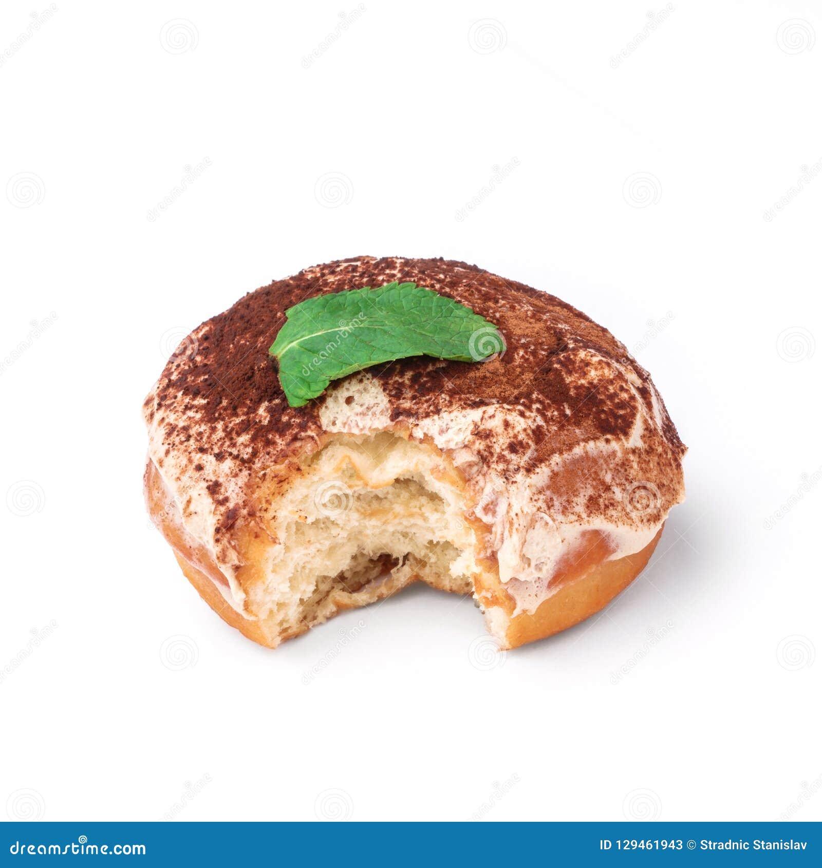 Verglaasde doughnut met room en chocoladepoeder Mening vanuit een vijfenveertig graadinvalshoek Geïsoleerd beeld De zij-beetdough