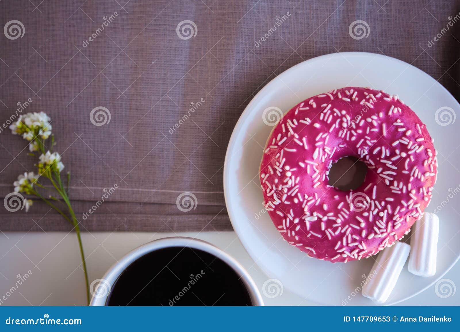 Verglaasde doughnut met zwarte koffie