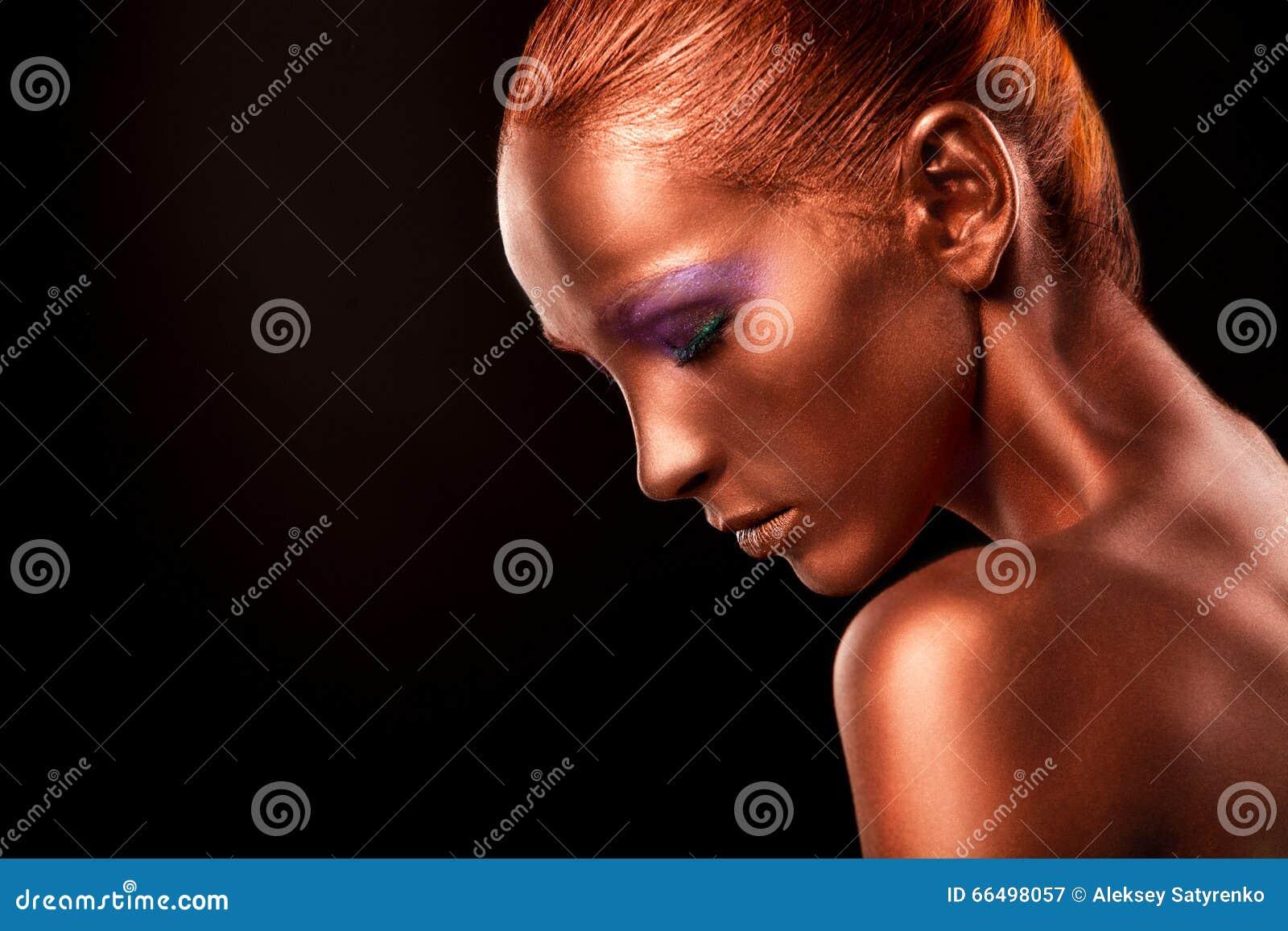 Vergoldung Das Gesichts-Nahaufnahme der goldenen Frau Futuristisches vergoldetes Make-up Gemalte Hautbronze