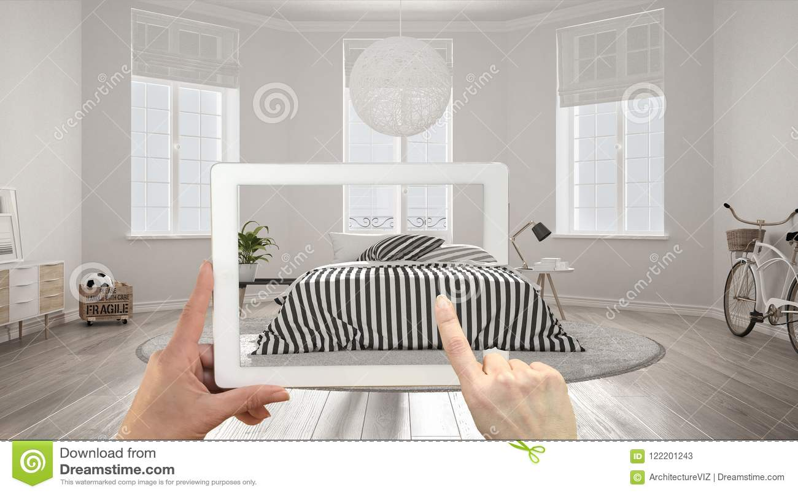 Vergroot werkelijkheidsconcept De tablet van de handholding met de toepassing van AR wordt gebruikt om meubilair en binnenlandse