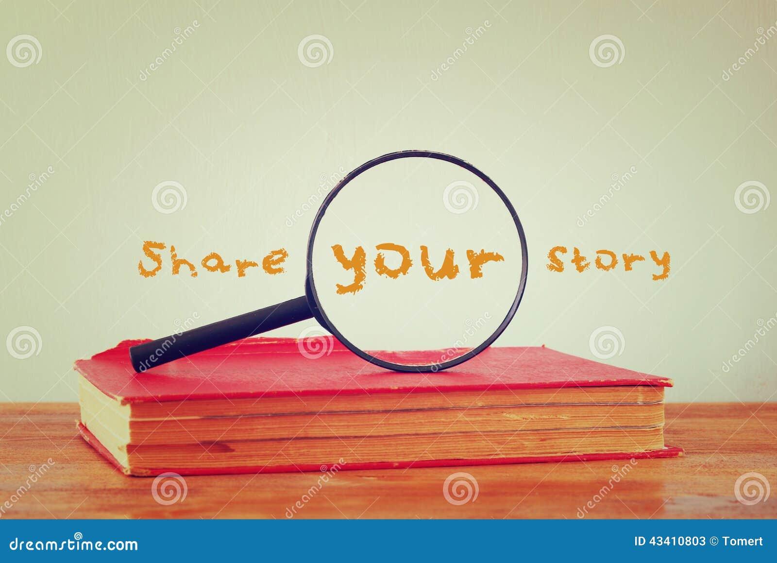Vergrootglas, oud boek met het uitdrukkingsaandeel uw verhaal Gefiltreerd beeld
