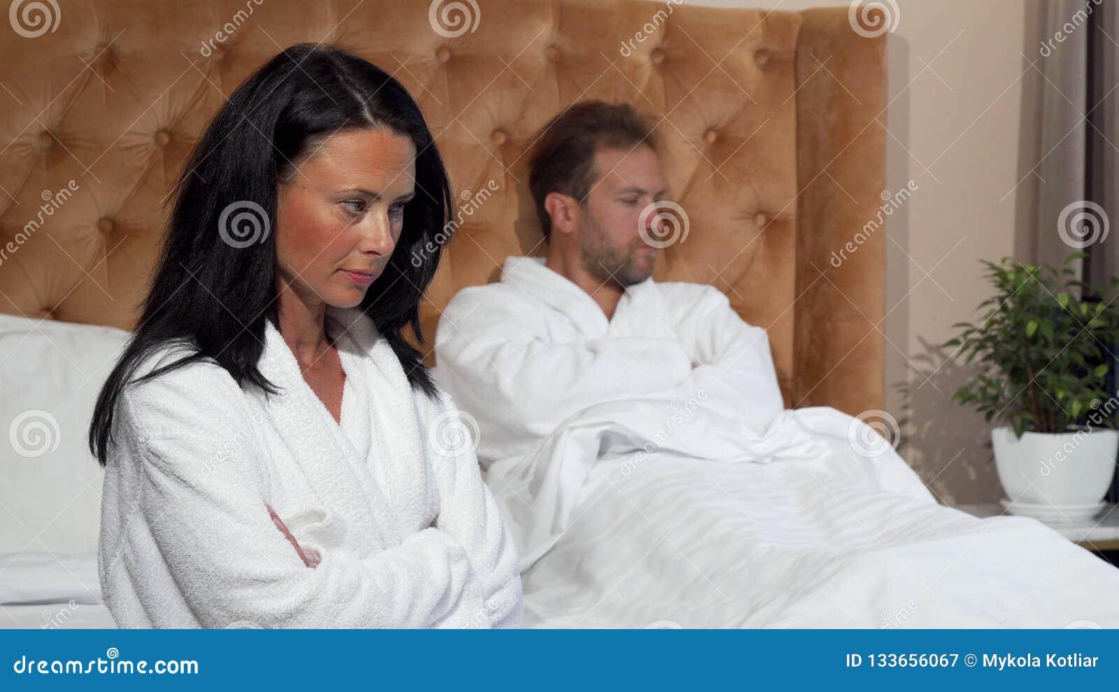 Verheiratetes Paar, das keinen spricht Kampf am Hotelzimmer nachher, habend