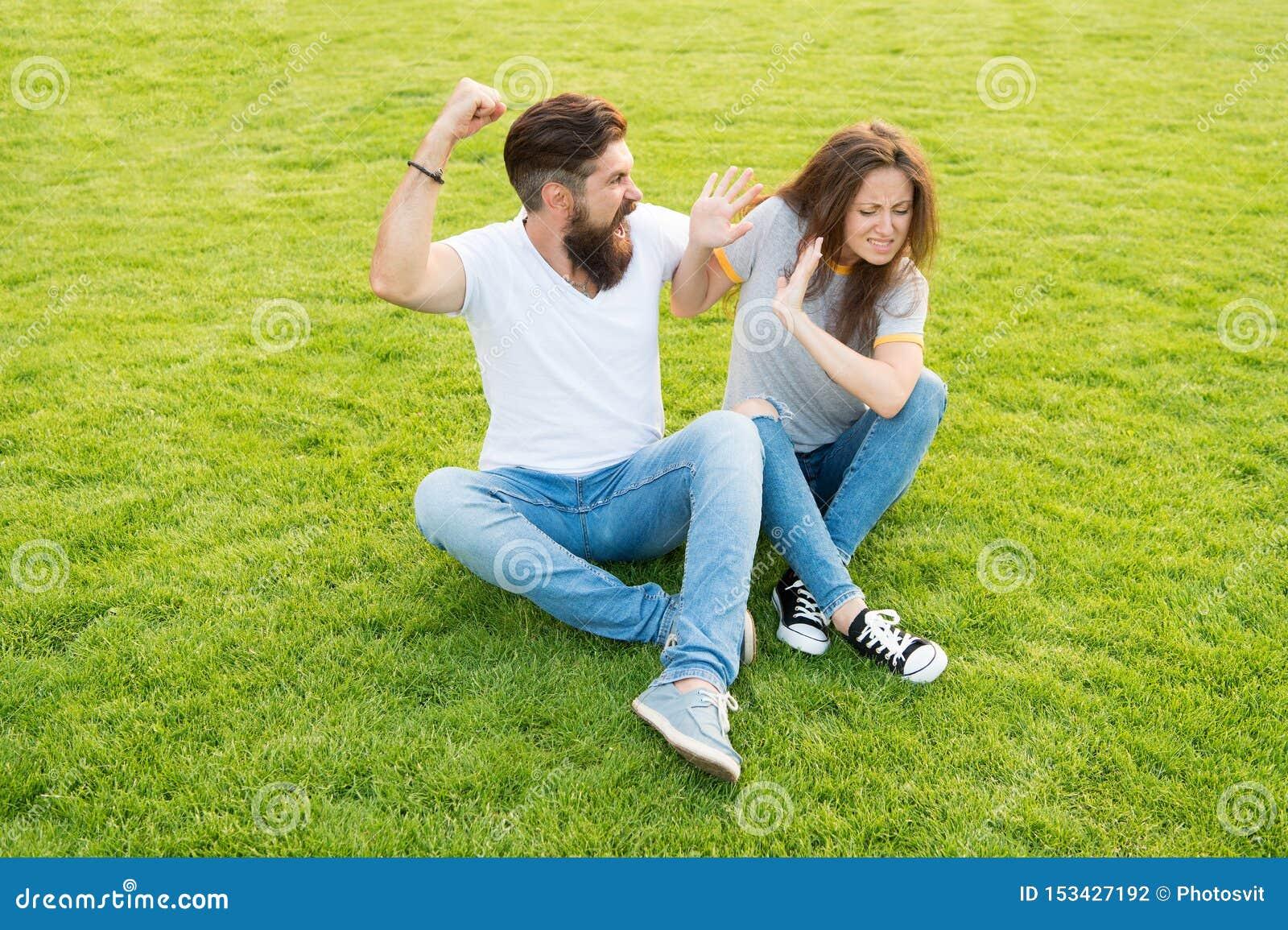 Verheiratetes Paar kommen mit sich nicht aus scheidung Frau ängstlich von ihrem aggressiven Freund bärtiges Mannschlagen