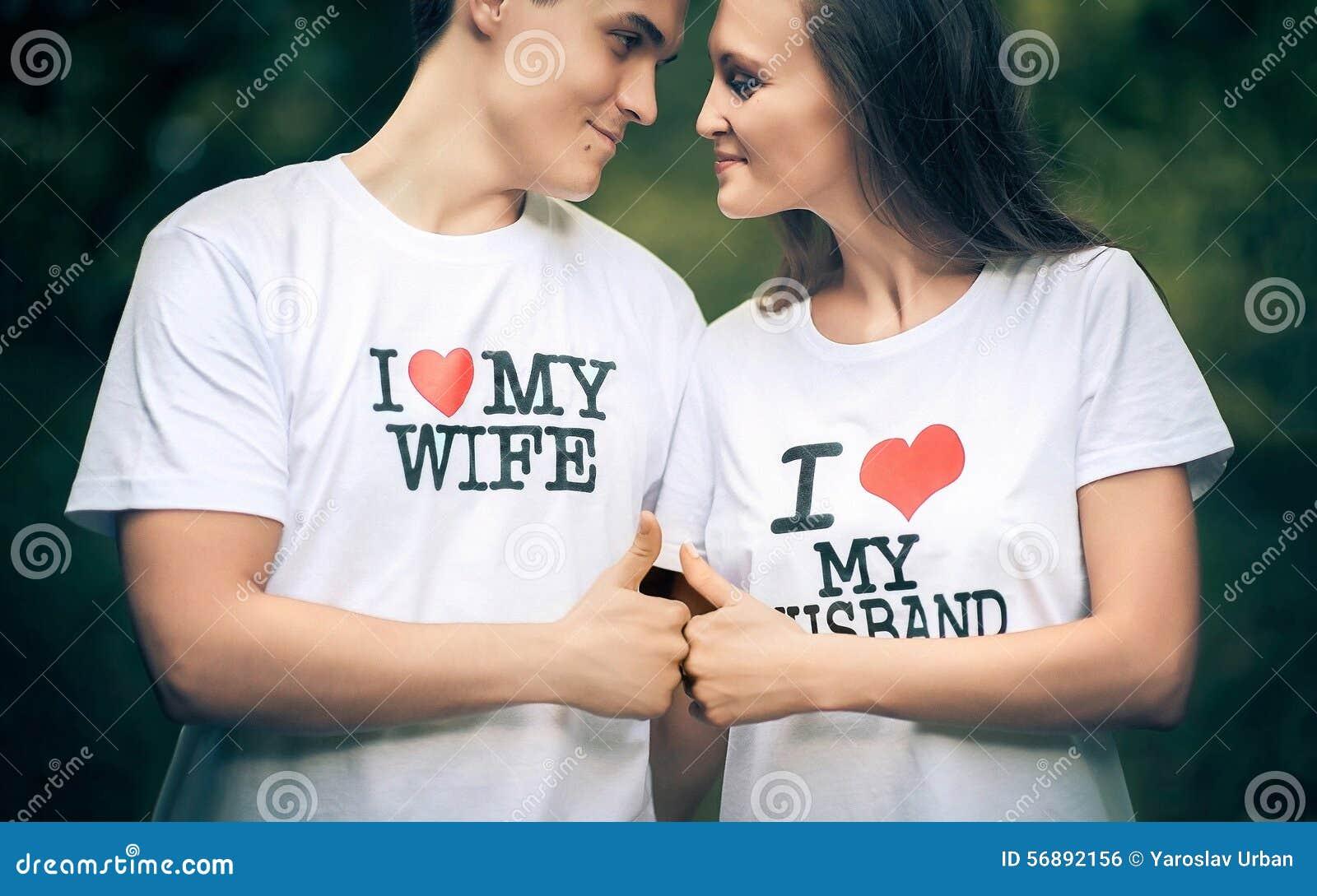 Verheiratetes Paar mit Wörtern auf der meiner T-Shirt I Liebe