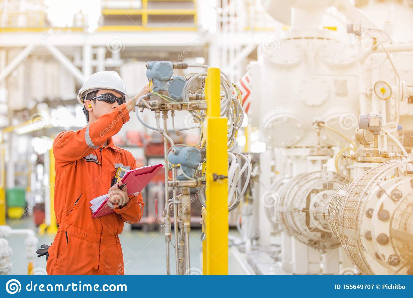 Verificação do operador do técnico e valor da leitura do registro do transmissor da pressão, da temperatura e de fluxo no registr