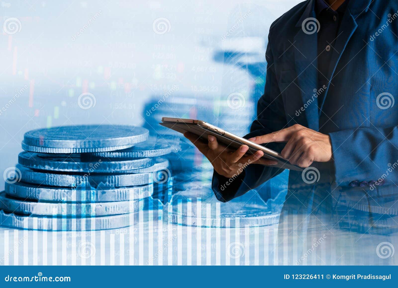 Verificação dos gerentes do homem de negócios ou da finança sobre o custo