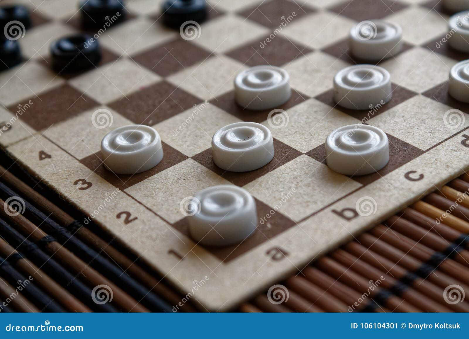 Verificadores no tabuleiro de damas pronto para jogar Conceito do jogo Jogo de mesa passatempo verificadores no campo de ação par