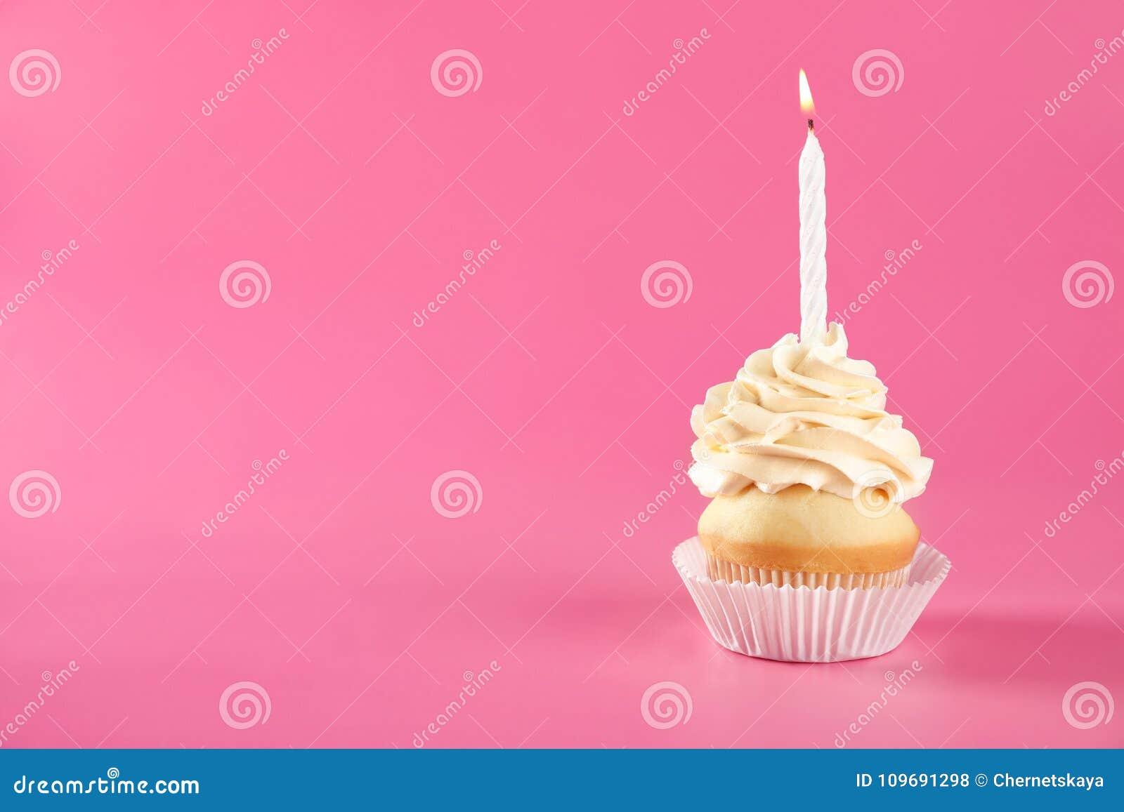 Verjaardag cupcake met kaars op achtergrond