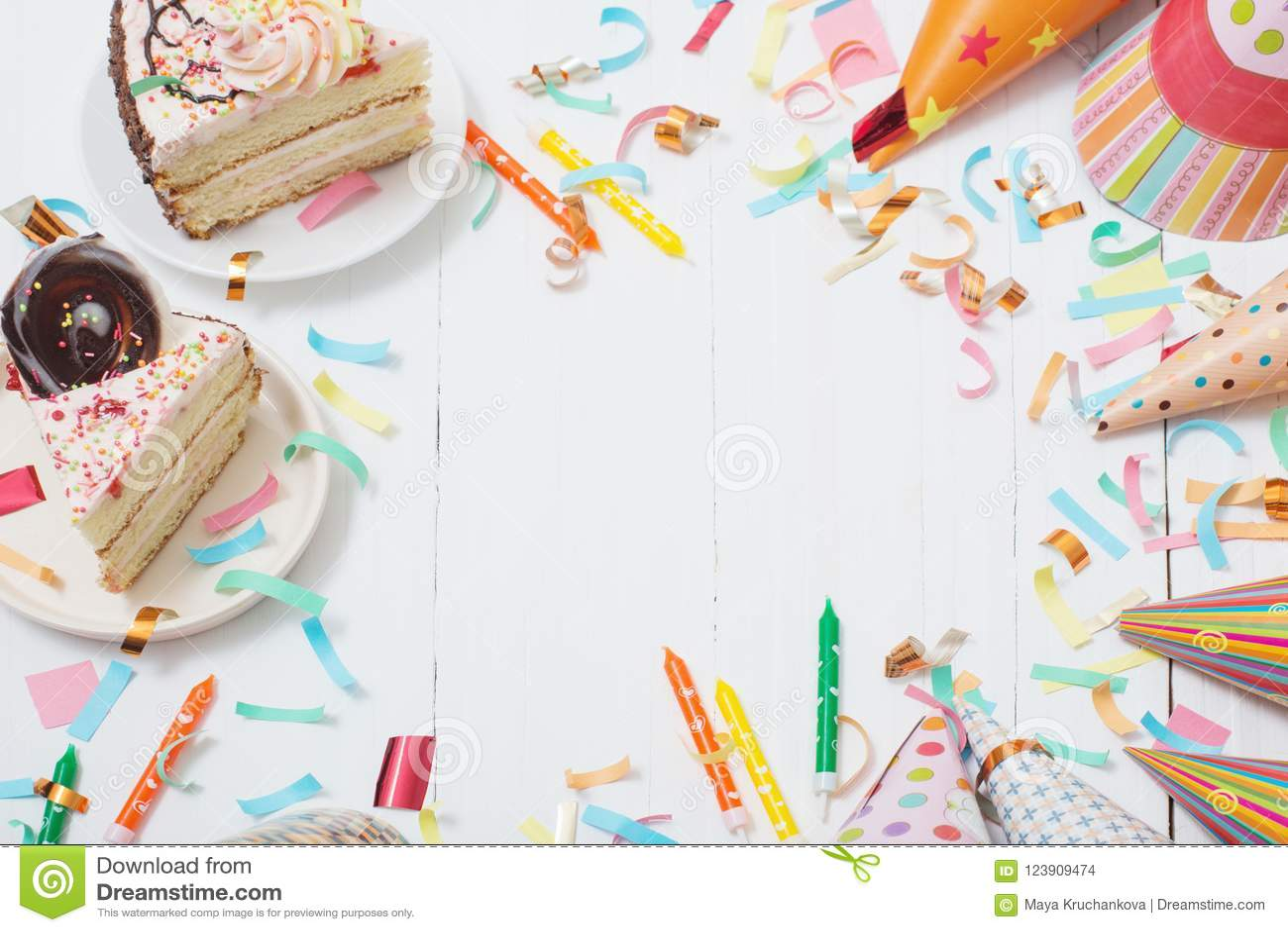 Verjaardagscake en decoratie op witte houten achtergrond