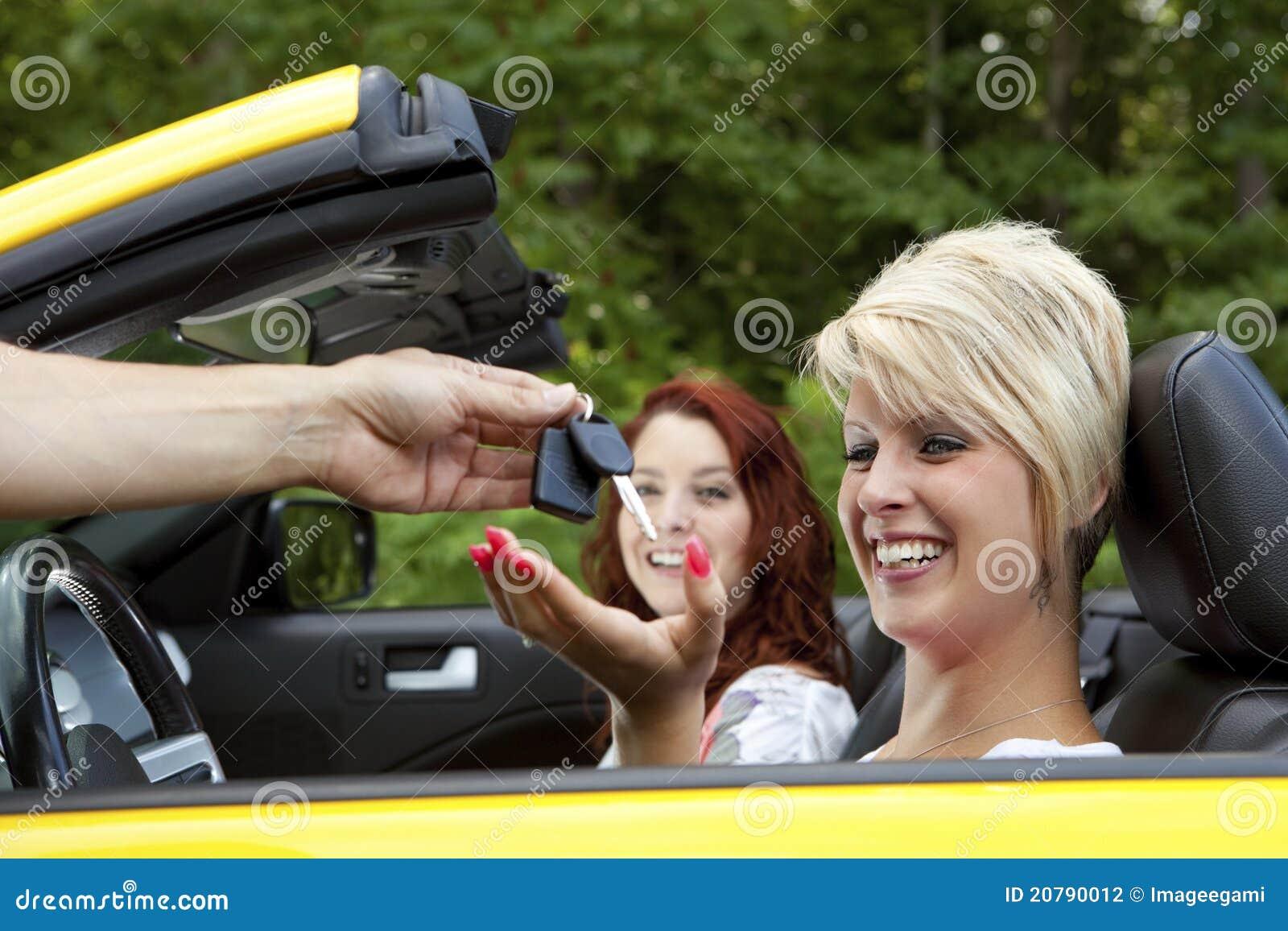 Verkäufer, der Abnehmer neue Auto-Tasten gibt
