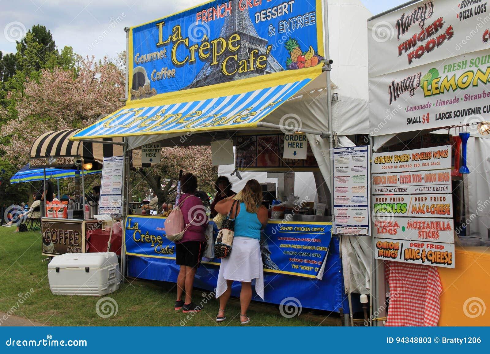 Einige Verkäufer, Die Lebensmittel Und Waren Auf Manikürtem Rasen Des Parks  Während Des Jährlichen Lila Festivals, Rochester, New York, 2016 Verkaufen