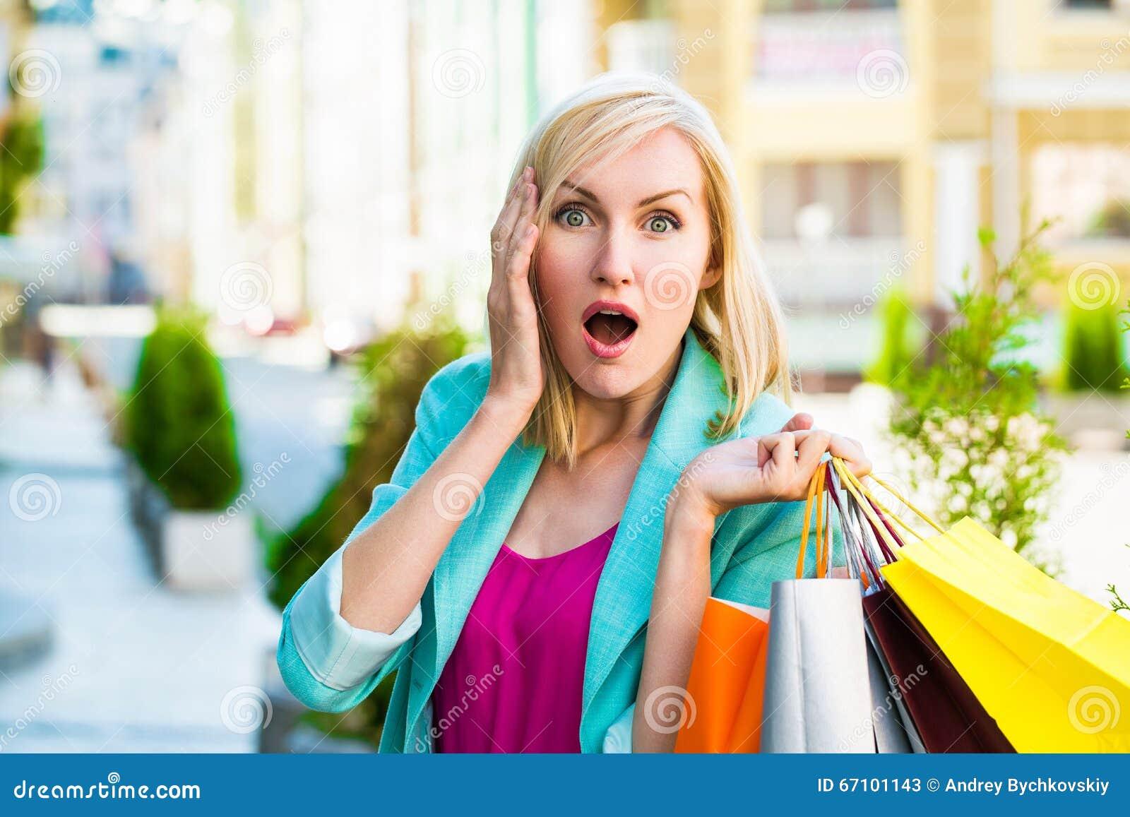 Verkauf, Einkaufen, Tourismus und Konzept der glücklichen Menschen - Schönheit mit Einkaufstaschen im ctiy