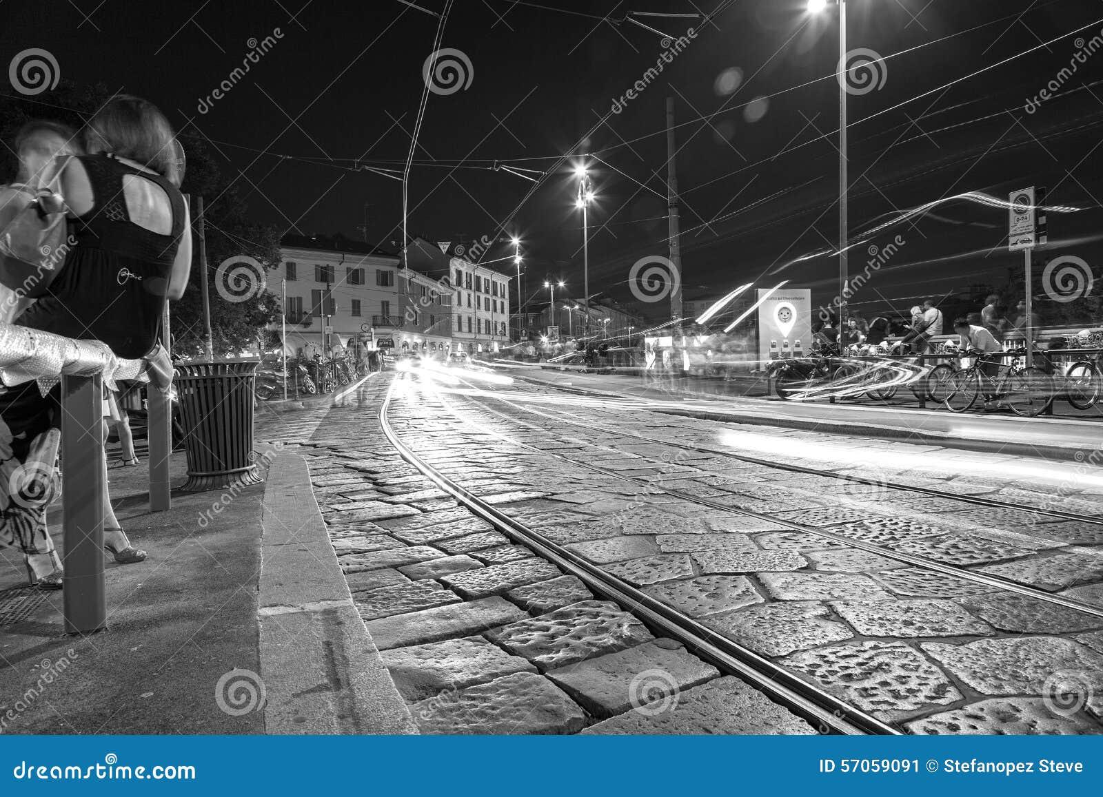 Verkeer, de stad van Milaan, de zomernacht De Zwart-witte foto van Peking, China