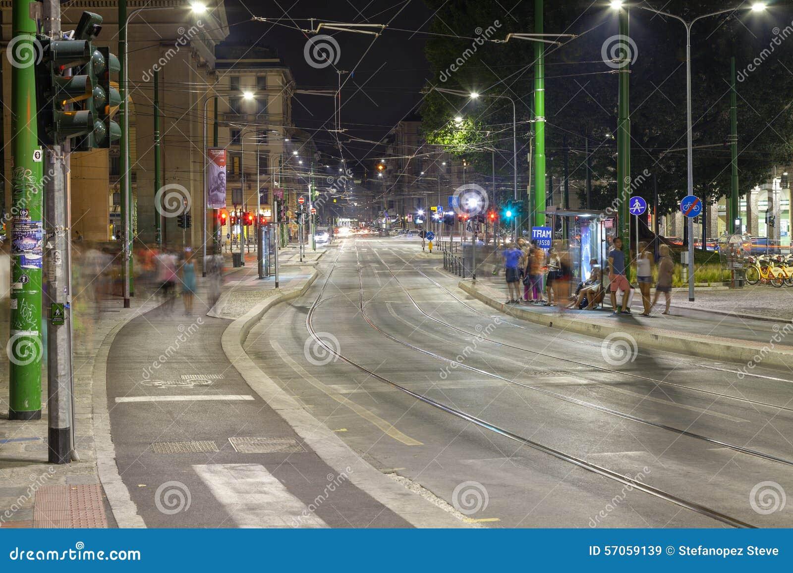 Verkeer, de stad van Milaan, de zomernacht Het beeld van de kleur
