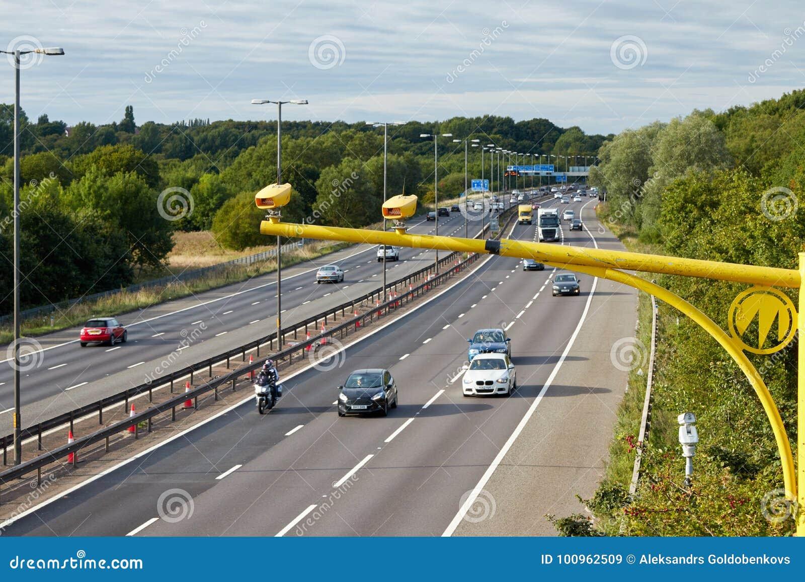 Verkeer op de Britse autosnelweg M5: West Bromwich, Birmingham, het UK